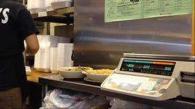Besetzen Sie verpackendes übrig gebliebenes Lebensmittel für essen im Kunden mit Personal Lizenzfreie Stockfotos
