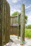 Besetzt unterzeichnen Sie herein Toilette im Freien im zentralen Kalahari-Spiel Res Lizenzfreie Stockbilder