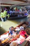 Besetzte übersetzende Leute der hölzernen Boote an Talingchan Florida Stockfoto