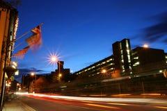 Besetzte Abendstraße während der Hauptverkehrszeit Stockfotografie