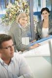 Besetzte Entwerfer im Büro stockfotos