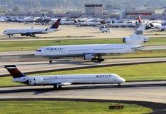 Besetzte Flughafenszene mit mehrfachen Flugzeugen Stockbild