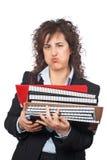 Besetzte Geschäftsfrau, die gestapelte Dateien trägt lizenzfreies stockfoto