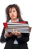 Besetzte Geschäftsfrau, die gestapelte Dateien trägt stockfotografie