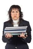 Besetzte Geschäftsfrau, die gestapelte Dateien trägt Lizenzfreies Stockbild