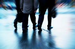 Besetzte Geschäftsleute Gehen Stockfoto