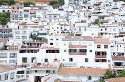 Besetzte, kompakte Stadt oder Pueblo von Mijas in Spanien Stockfotos