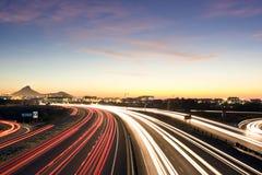 Besetzte städtische Datenbahn an der Dämmerung lizenzfreie stockfotos