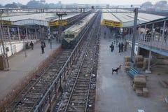 Besetzte und schmutzige Bahnstation in Agra, Indien Lizenzfreies Stockbild