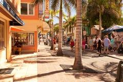 Besetzte vordere Straße in Str. Maarten Lizenzfreie Stockfotos
