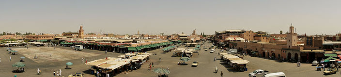 Besetzter Morgen im Jamaa Al-Fna Stockfotos
