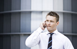 Besetzter Unternehmensmann auf dem Handy Stockbilder