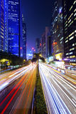 Besetzter Verkehr an der im Stadtzentrum gelegenen Stadt nachts Lizenzfreies Stockfoto