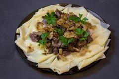 Beshbarmak, un plato tradicional del asiático del Kazakh fotos de archivo