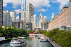 Besichtigenboot auf dem Chicago-Fluss Lizenzfreie Stockfotografie