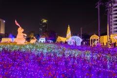 Besichtigende multi Farben LED der Leute verzierten öffentlich Park Lizenzfreie Stockfotografie