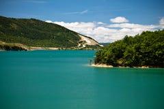 Besichtigende szenische Landschaft mit künstlichem Türkissee in der heißen Sommerzeit im blauen Himmel und in den Wolken Stockfotografie