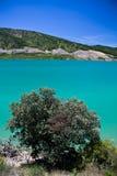 Besichtigende szenische Landschaft mit künstlichem Türkissee in der heißen Sommerzeit im blauen Himmel und in den Wolken Stockfotos