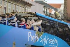 Besichtigender blauer Bus der Stadt mit den Touristen, die Foto in Porto machen lizenzfreies stockfoto