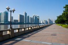 Besichtigengehweg und Stadtbild Stockbild