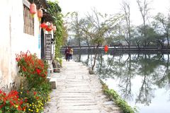 Besichtigung in einer szenischen Straße entlang dem See im Wasserdorf Hongcun, China Lizenzfreie Stockfotografie