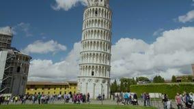 Besichtigung in Italien, Leute, die Ansicht schönen Pisa-Turms, Tourismus genießen stock video footage