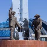 Besichtigung in Kasachstan Detailansicht über Monument von Hütteningenieuren mit erstem Präsidenten Nursultan Nazarbayev verließ  stockbild