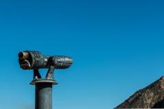 Besichtigungs-Ferngläser mit Himmel und Teil des Berges Stockbild