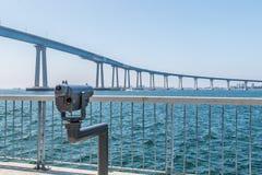 Besichtigungs-Ferngläser, welche die Coronado-Brücke in San Diego, Kalifornien gegenüberstellen stockbilder