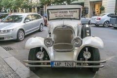 Besichtigungsauto in alter Stadt Prags Lizenzfreie Stockfotografie