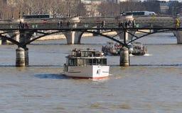 Besichtigungsboote auf dem Fluss die Seine in Paris Stockfoto