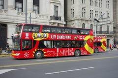 Besichtigungsbus in der Promenade Shanghai Stockfoto
