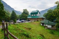 Besichtigungsbus nahe Restaurant in der Stadt von Kolasin, Montenegro stockfotografie