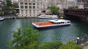 Besichtigungskreuzfahrt auf Chicago River - CHICAGO, USA - 12. JUNI 2019 stock video