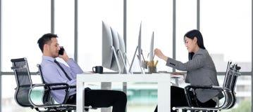 Besinessman et femme d'affaires travaillant ensemble dans le bureau moderne photographie stock libre de droits