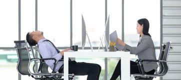 Besinessman och affärskvinna som tillsammans av arbetar i det modernt arkivbilder