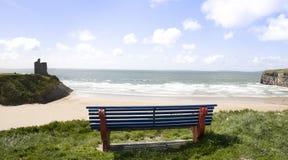 Beskåda över de Ballybunion strandklipporna och rockera Arkivfoton