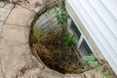 Beskåda att se ner in i ett eftersatt egressfönster royaltyfri foto