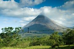 Beskåda av den Arenal vulkan Arkivfoton