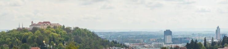Beskåda av den gammala staden vektor för panorama för tecknad filmslottillustration Brno Tjeckien Fotografering för Bildbyråer