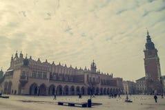 Beskåda av den gammala townen av Cracow, gammala Sukiennice, Polen Royaltyfria Foton