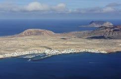 Beskåda av den Caleta de Sebo townen på den Graciosa ön, kanariefågelöar, royaltyfri fotografi