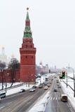 Beskåda av den Kremlin invallningen i snowing dag för vinter Arkivbilder