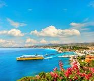 Beskåda av den medelhavs- semesterorten Nice, franska riviera Royaltyfri Foto