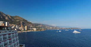 Beskåda av den Monaco kustlinjen på sommaren Fotografering för Bildbyråer