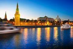 Beskåda av den Moscow Kremlin och Moscow floden på natten. arkivfoto