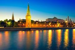Beskåda av den Moscow Kremlin och Moscow floden på natten. Fotografering för Bildbyråer