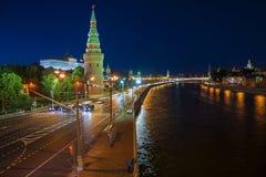 Beskåda av den Moscow Kremlin och Moscow floden på natten Skjutit från Arkivbild