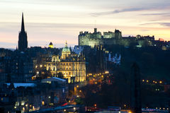 Beskåda av det Edinburgh slottet på solnedgången Arkivbild