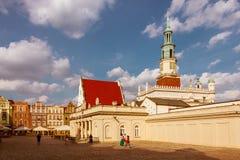 Gammalt marknadsföra kvadrerar, och stadshuset står hög. Poznan. Polen arkivfoto